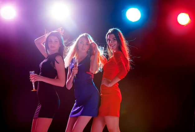 Belle ragazze che ballano alla festa