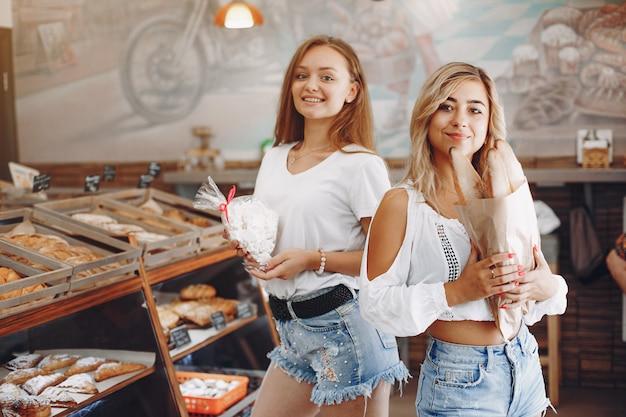 Belle ragazze compra panini al forno