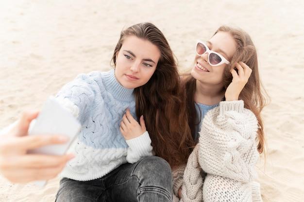 Belle ragazze divertirsi in spiaggia