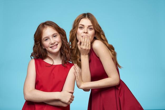 Belle ragazze in abiti identici