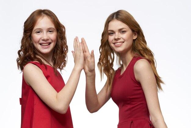 Belle ragazze in vestiti identici isolati