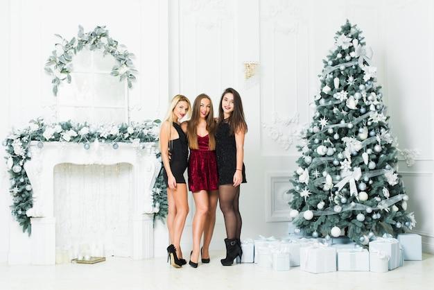 Belle ragazze nella stanza decorata natale. festa di capodanno.