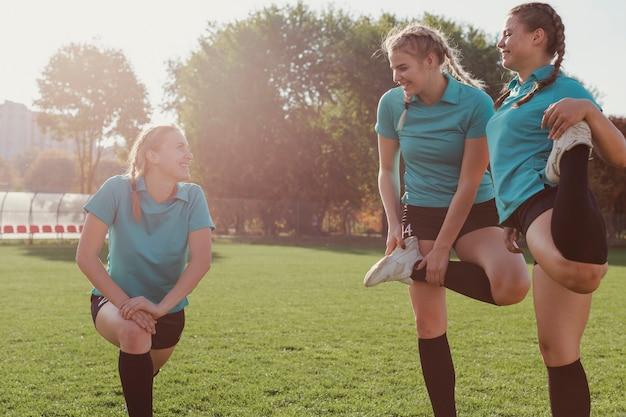 Belle ragazze sportive che si divertono