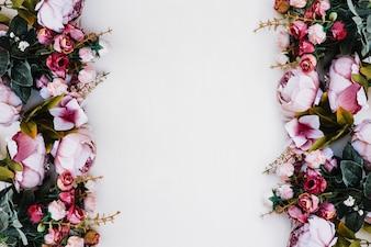 Belle rose su bianco sotterraneo con spazio al centro