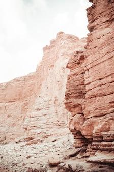 Belle scogliere di arenaria del canyon rosso nelle montagne di eilat meridionale, israele.