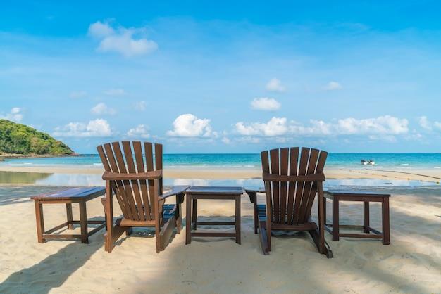 Belle sedie a sdraio sulla spiaggia di sabbia bianca tropicale