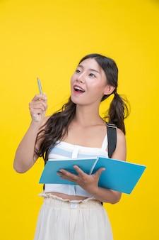 Belle studentesse tengono quaderni e penne