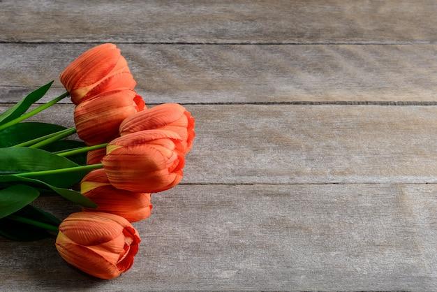 Belle tulipani su fondo in legno