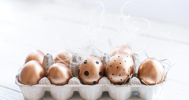 Belle uova di pasqua decorate di colore dorato