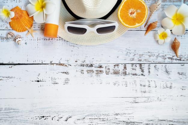 Belle vacanze estive, accessori da spiaggia, arancio, occhiali da sole, cappello e conchiglie