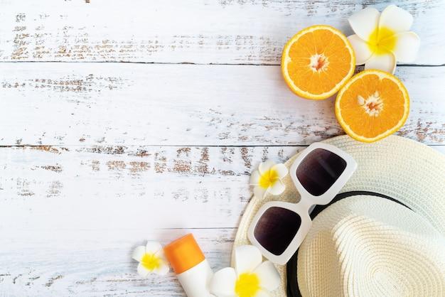 Belle vacanze estive, accessori da spiaggia, arancione, occhiali da sole, cappello e crema solare