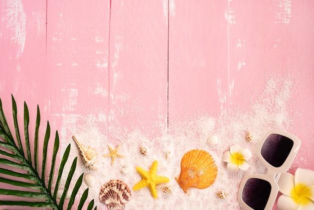 Belle vacanze estive, accessori da spiaggia, conchiglie, sabbia, occhiali da sole e foglie di palma