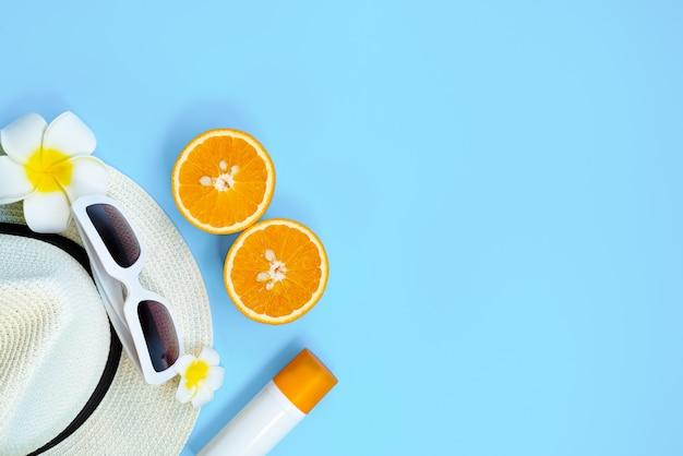 Belle vacanze estive, accessori da spiaggia, occhiali da sole, cappello, arancio e crema solare