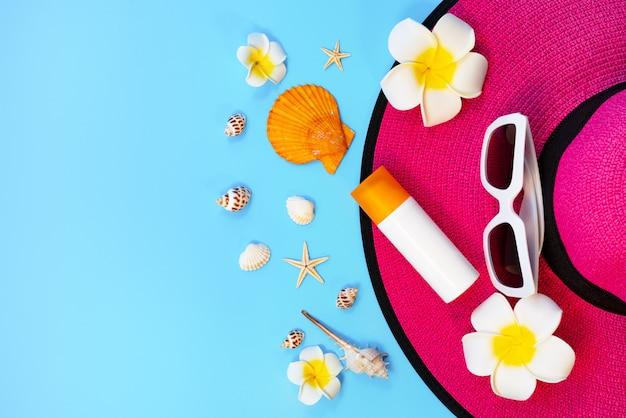 Belle vacanze estive, accessori da spiaggia, occhiali da sole, cappello, crema solare e conchiglie