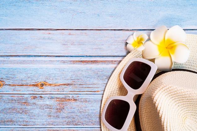 Belle vacanze estive, accessori da spiaggia, occhiali da sole, cappello e fiori