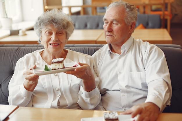 Belle vecchie coppie che si siedono in un caffè