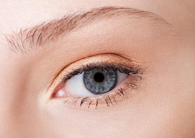 Bellezza del primo piano degli occhi con trucco creativo con colori rosa naturali