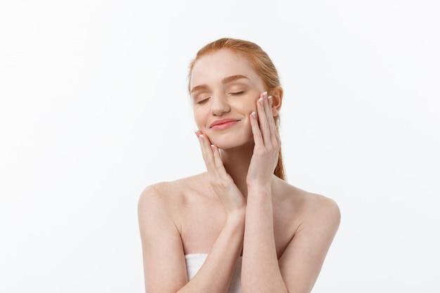 Bellezza donna. bella giovane femmina che tocca la sua pelle. ritratto isolato su sfondo bianco. assistenza sanitaria. pelle perfetta beauty face