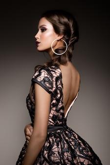 Bellezza donna bruna con trucco perfetto. bellissimo trucco professionale per le vacanze.