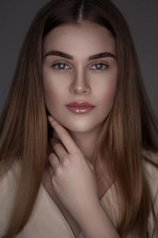 Bellezza donna bruna con trucco perfetto.