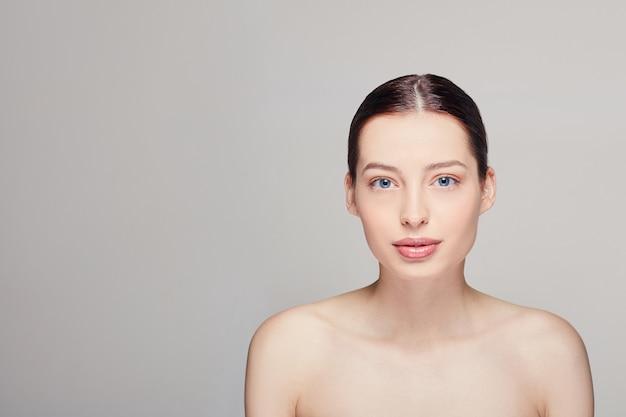 Bellezza donna viso con trucco naturale.
