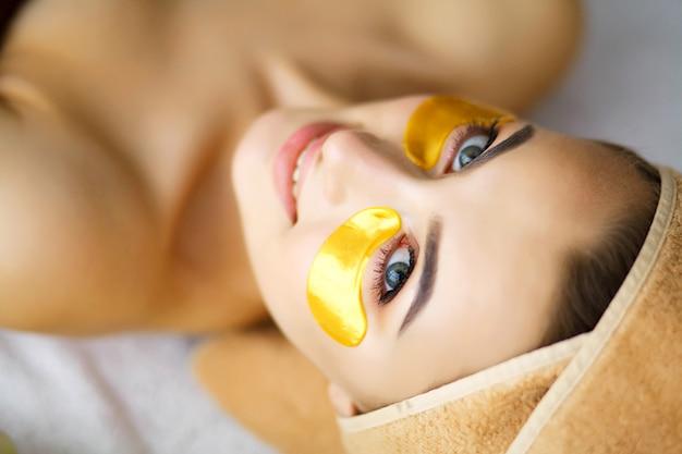 Bellezza e cura, ragazza con una bella pelle nel salone di bellezza