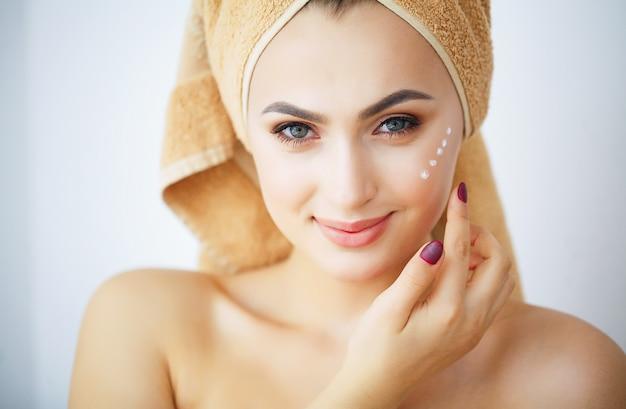 Bellezza e cura, ritratto di una ragazza con un asciugamano marrone sulla testa,