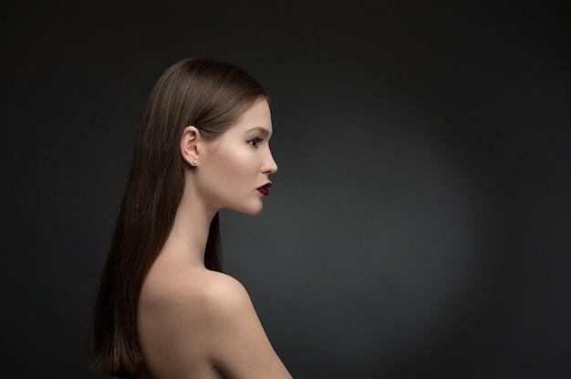 Bellezza e modella su sfondo nero