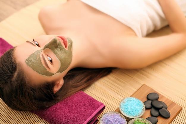 Bellezza e spa, donna felice nel salone spa sdraiato sulla scrivania massaggi