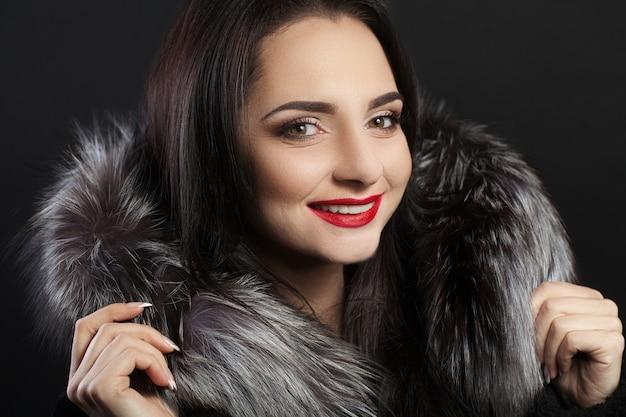 Bellezza moda donna viso con un sorriso perfetto