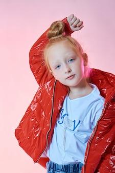 Bellezza moda ragazza in bei vestiti autunnali su una parete colorata luminosa