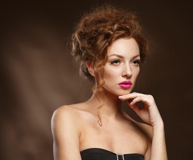 Bellezza modella donna con capelli rossi ricci, ciglia lunghe. bella donna alla moda con pelle liscia sana.