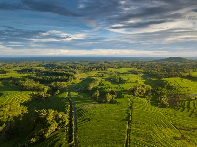 Bellezza naturale dell'indonesia dalle foto aeree al tempo con nuvoloso