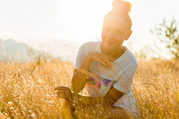 Bellezza ragazza all'aperto godendo la natura