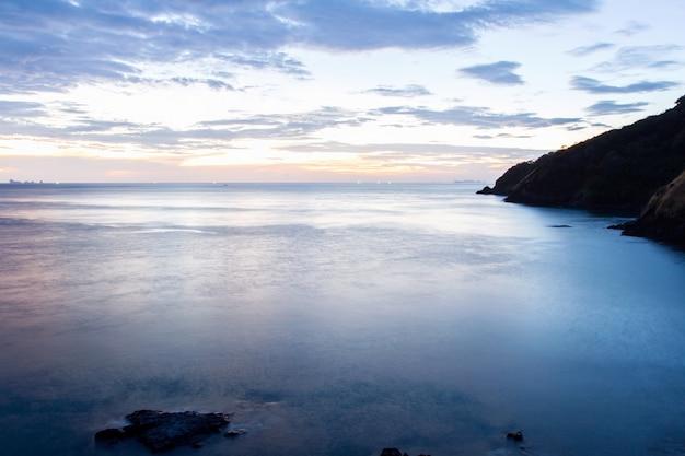 Bellissima alba sulla spiaggia tropicale