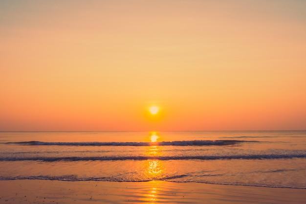 Bellissima alba sulla spiaggia