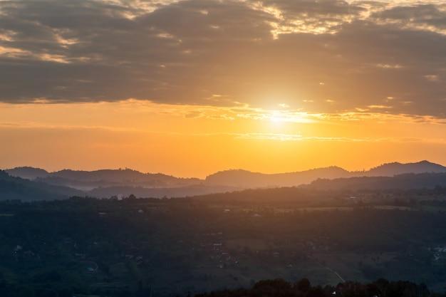 Bellissima alba sulle montagne