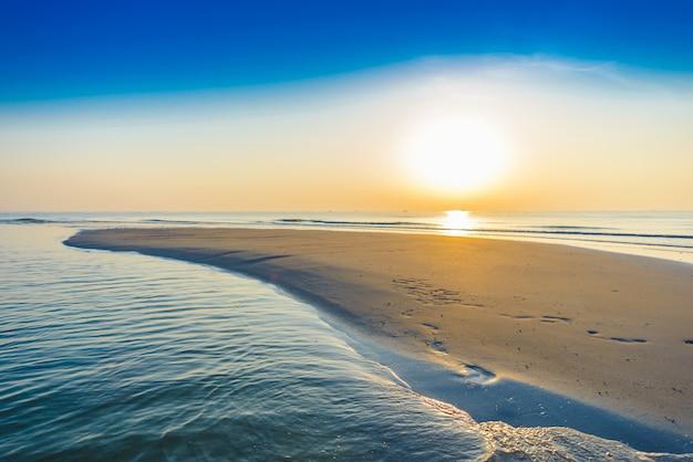 Bellissima alba tropicale sulla spiaggia.