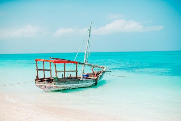 Bellissima baia accogliente con barche e acqua turchese chiara