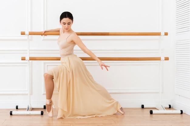 Bellissima ballerina che balla con eleganza