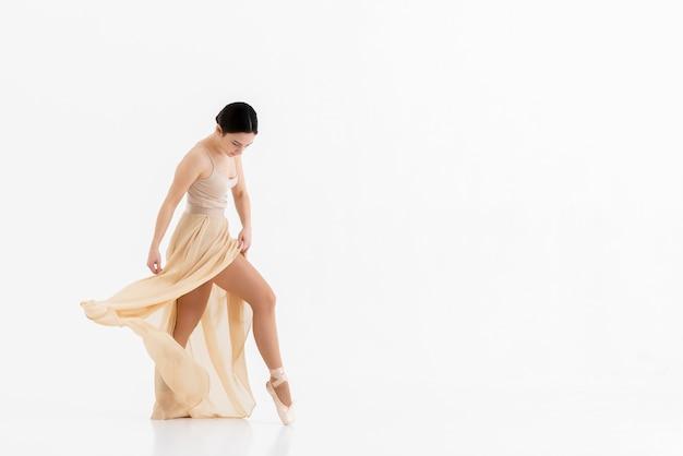 Bellissima ballerina che danza con grazia