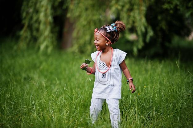 Bellissima bellissima bambina afroamericana con occhiali da sole divertendosi