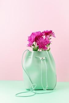 Bellissima borsa per ragazze con fiori. moda urbana femminile, shopping, idee gfit, stile primavera ed estate