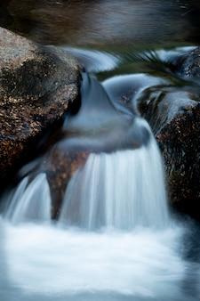 Bellissima cascata e grandi rocce