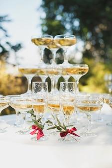 Bellissima collina con champagne al banchetto