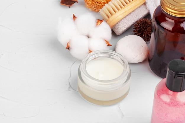Bellissima composizione con flaconi per la cosmetica e decorazioni spa