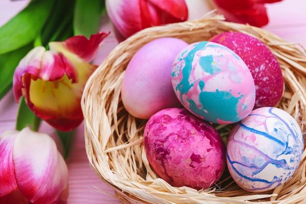 Bellissima composizione pasquale con uova e fiori decorati