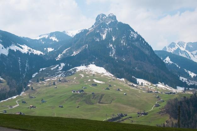 Bellissima gamma di alte montagne rocciose coperte di neve durante il giorno