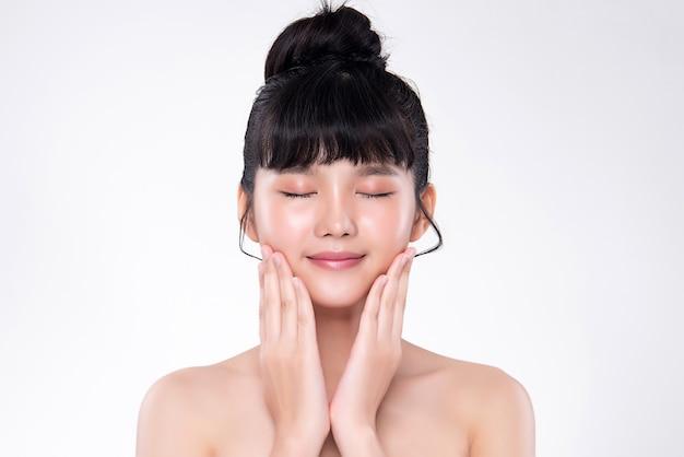Bellissima giovane donna asiatica con la pelle fresca e pulita