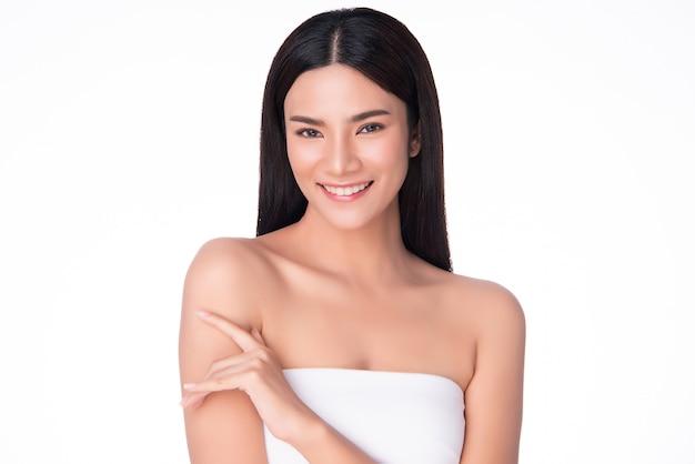 Bellissima giovane donna asiatica con pelle fresca e pulita,